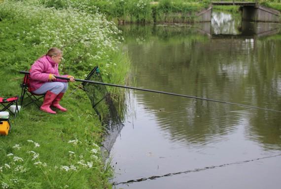 Rayna geconcentreerd aan het vissen