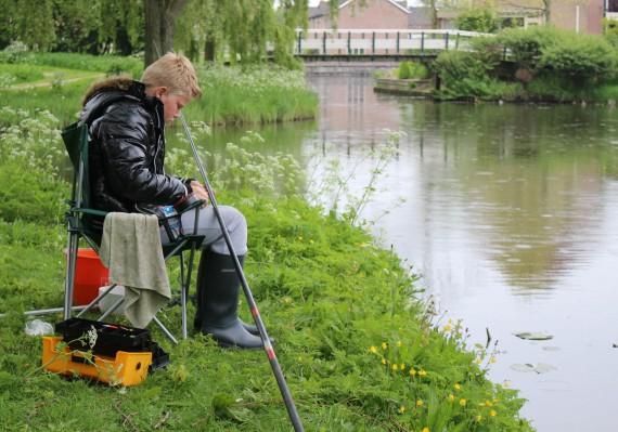Tom onthaakt zijn vangst